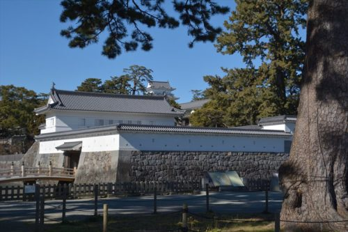 馬屋曲輪から見た銅門、常盤木門、天守(2019年1月27日)