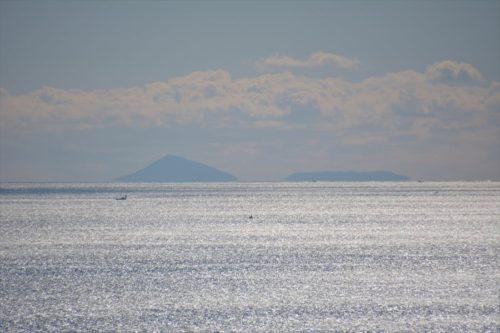 天守最上階から見た利島と新島?(2019年1月27日)